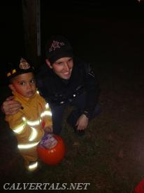 Calvert Deputy Trigg giving out candy with Chief 10 at the CRE campground trunk or treat.